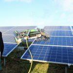 Reinigen zonnepanelen van grondgebonden zonnepark met robot