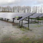 Zonnepanelen reinigen in grondgebonden park dat onderwater staat