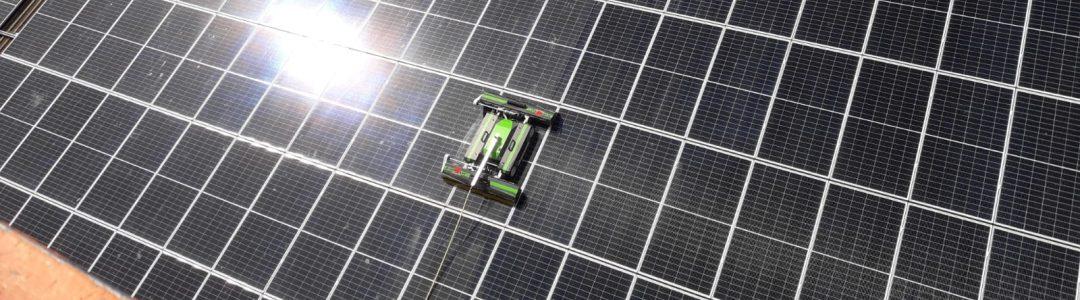 foto schoonmaakrobot schoonmaak zonnepanelen op schuin bedrijfs dak