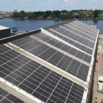 reinigen zonnepanelen op hoog bedrijfsdak met robot