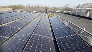 reinigingsrobot schoonmaken zonnepanelen plat bedrijfs dak oost west opstelling