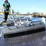 schoonmaak drijvende zonnepanelen met robot