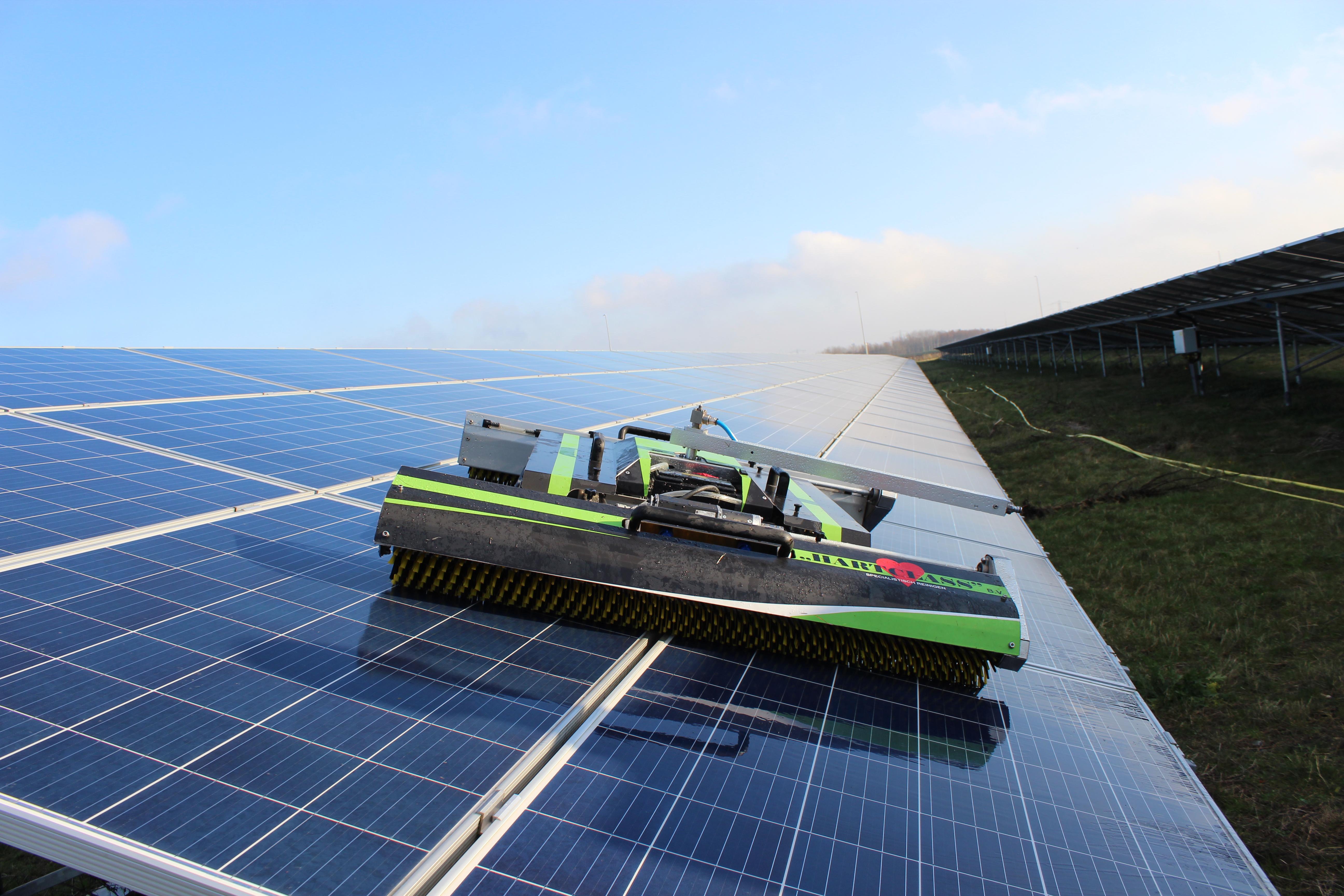 schoonmaak grondgebonden zonnepark met reinigingsrobot
