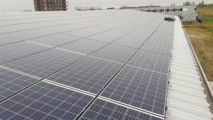 schoonmaakrobot reinigen zonnepanelen licht hellend bedrijfsdak