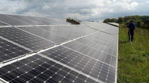 schoonmaken zonnepanelen grondgebonden park met robot