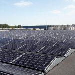 schoonmaken zonnepanelen op plat dak in oost west opstelling met robot