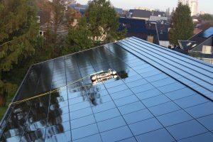 zonnepark reinigen op licht hellend dak met reinigingsrobot